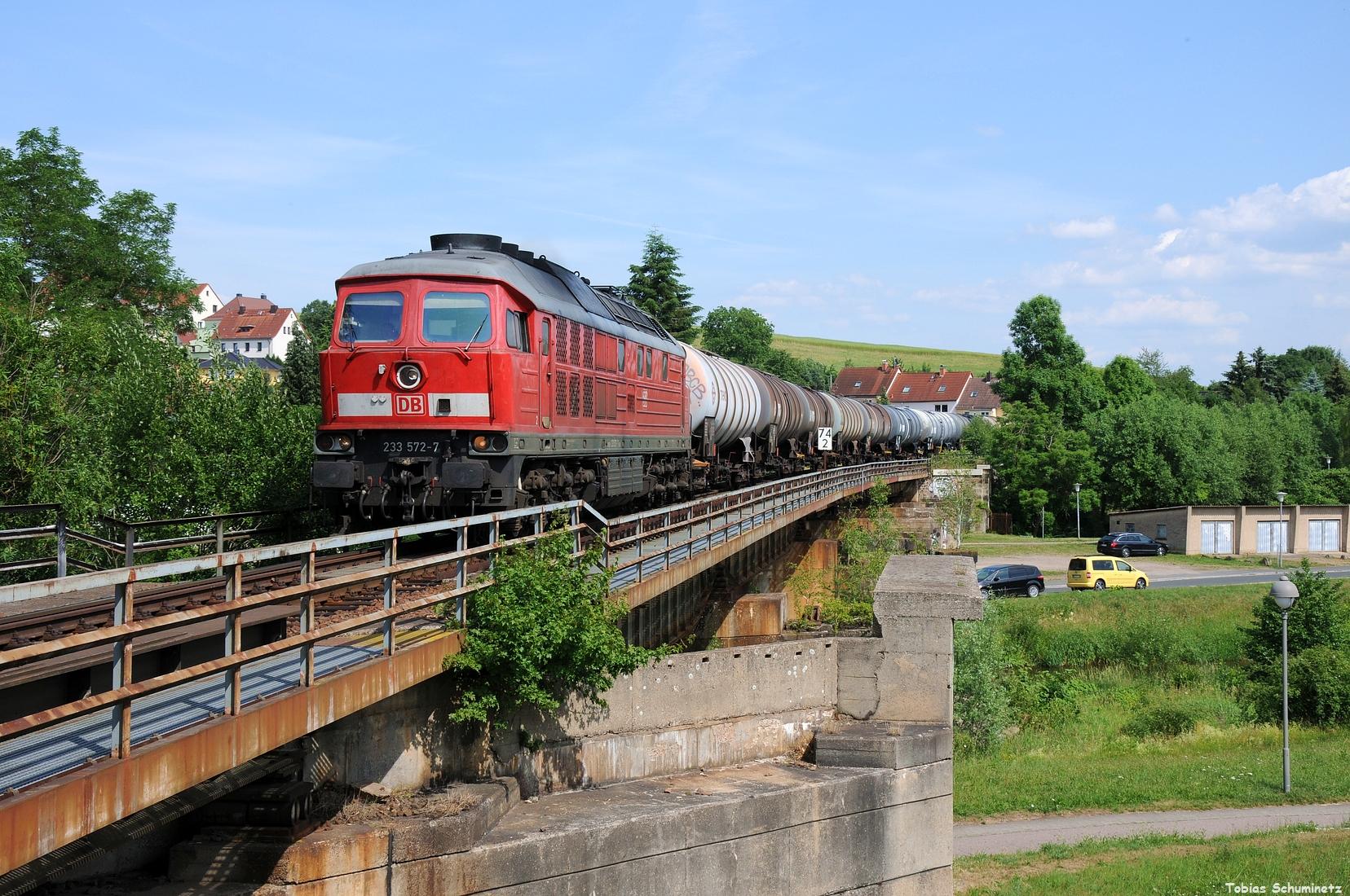 Da mich in Deutschenbora ein netter LKW Fahrer an der noch geschlossenen Schranke reinließ und ich so nciht den ganzen Stau abwarten musste konnte ich entspannt an die Muldebrücke an der Einfahrt des Bahnhofs Nossen fahren und so 233 572 mit dem zweiten Zug aufnehmen.
