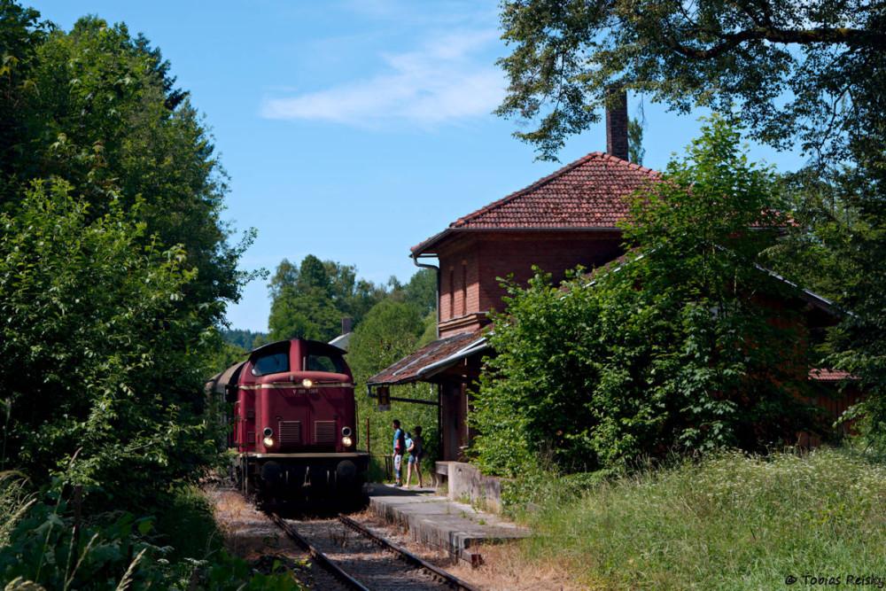 Ziemlich eingewachsen ist mittlerweile leider der Bahnhof Pfettrach mit seinem hübschen Empfangsgebäude.