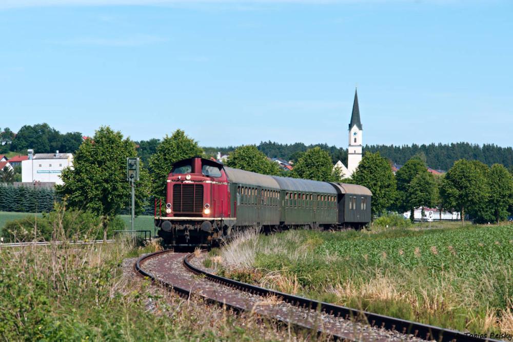 Eines der bekanntesten Motive der Strecke ist die Kirche von Weihmichl, die der Zug hier gerade passiert hat. Auf dem Bild erkennt man gut, daß V100 1365 nicht mehr ihre Originallampen besitzt.