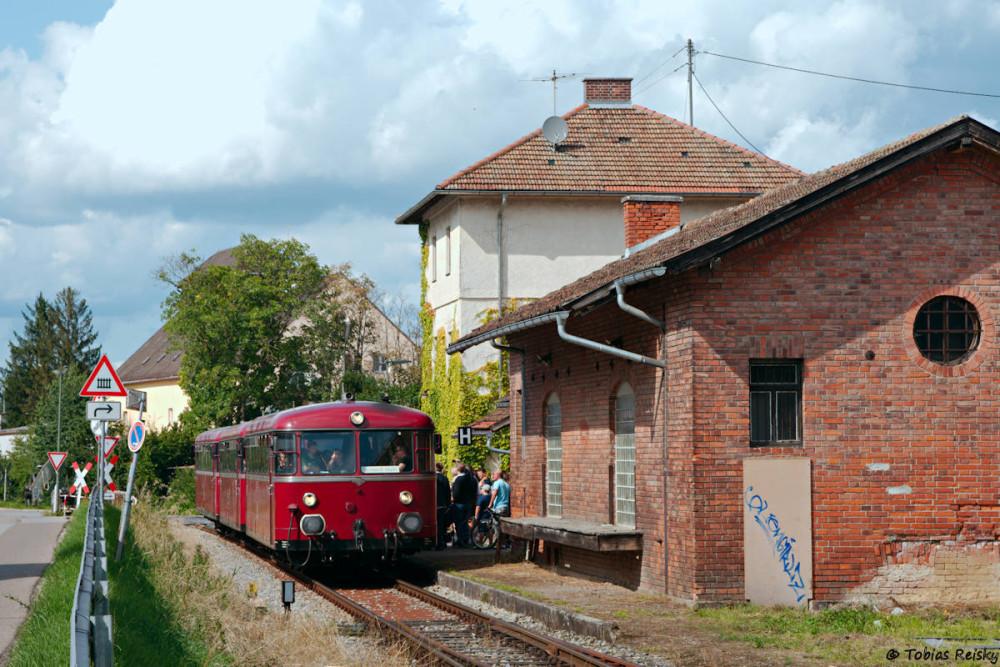 Ankunft in Wolnzach Markt. Nachdem der rege Fahrgastwechsel beendet ist geht es weiter ans Streckenende nach Jebertshausen.
