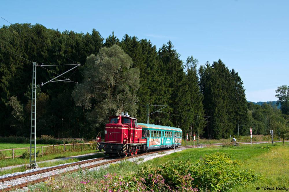 Wenige Kilometer weiter zwischen Rohrdorf und Thansau kommt der schöne Esslinger Beiwagen besser zur Geltung.