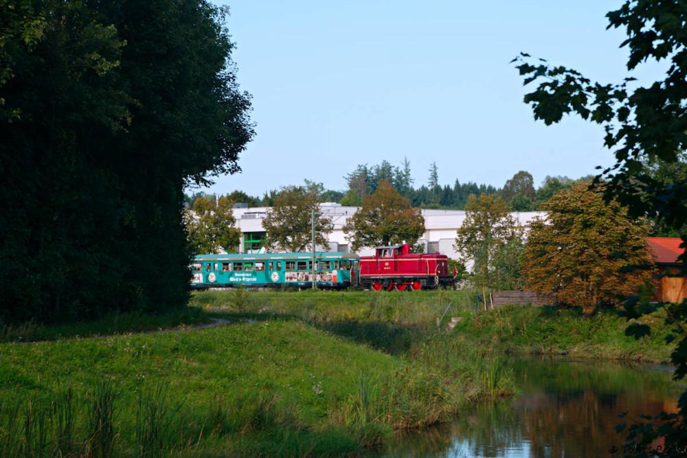 Nur MIttwochs gab es zwei Zugpaare: Hier befindet sich der Zug auf der ersten Rückfahrt aus Rosenheim kurz vor Thansau.