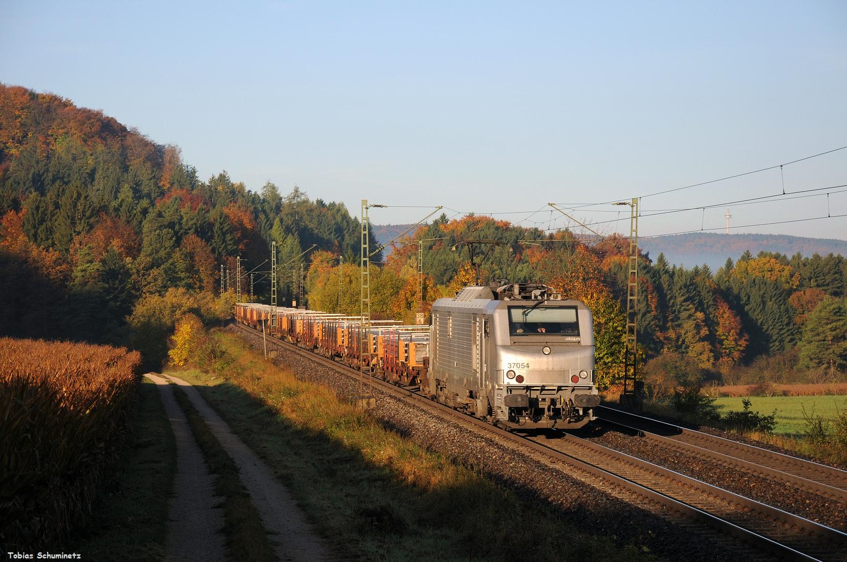 Los gings am 14. Oktober bei Parsberg mit der AKIEM 37054 welche einen Langschienenzug in Richtung Osten beförderte.