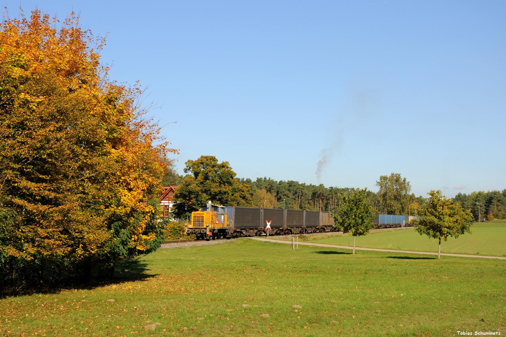 Denn ich musste weiter zum Reststück der ehemaligen Nebenbahn Neumarkt - Beilngries. Dort hatte ich die Info, dass die V60 608 von Max Bögl nochmals vor dem samstäglichen Tchibo-Zug zum Einsatz kommen sollte. Bei der Seitzermühle drückt die kleine Lok den langen Zug in Richtung Neumarkt.