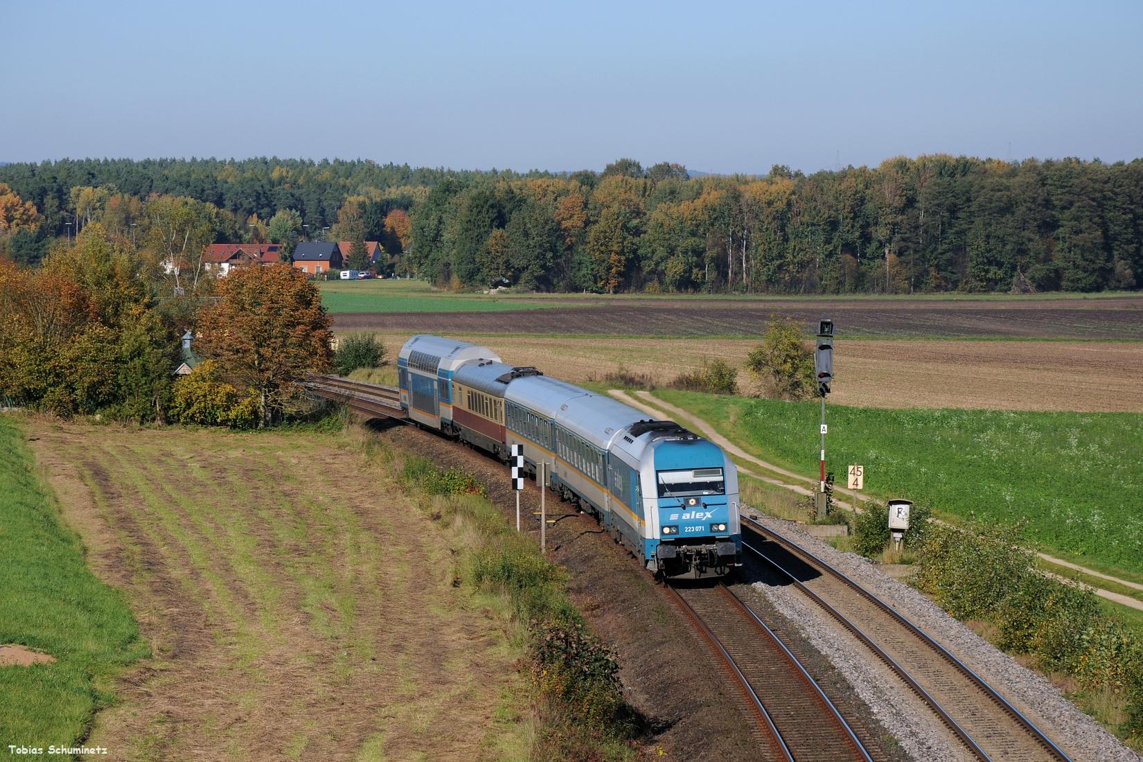 Am 15.10.2017 löste sich dann Mittags auch der Nebel vollständig auf und es waren zwei Kesselwagenzüge der EVB von Cheb nach Vohburg gemeldet. Ich fuhr nach Richt, nördlich von Schwandof, wo ich auf den ersten Zug wartete. Während des Wartens kamen neben einigen 612ern und LINT48 der Oberpfalzbahn auch 223 071 mit dem ALEX84115 vorbei.
