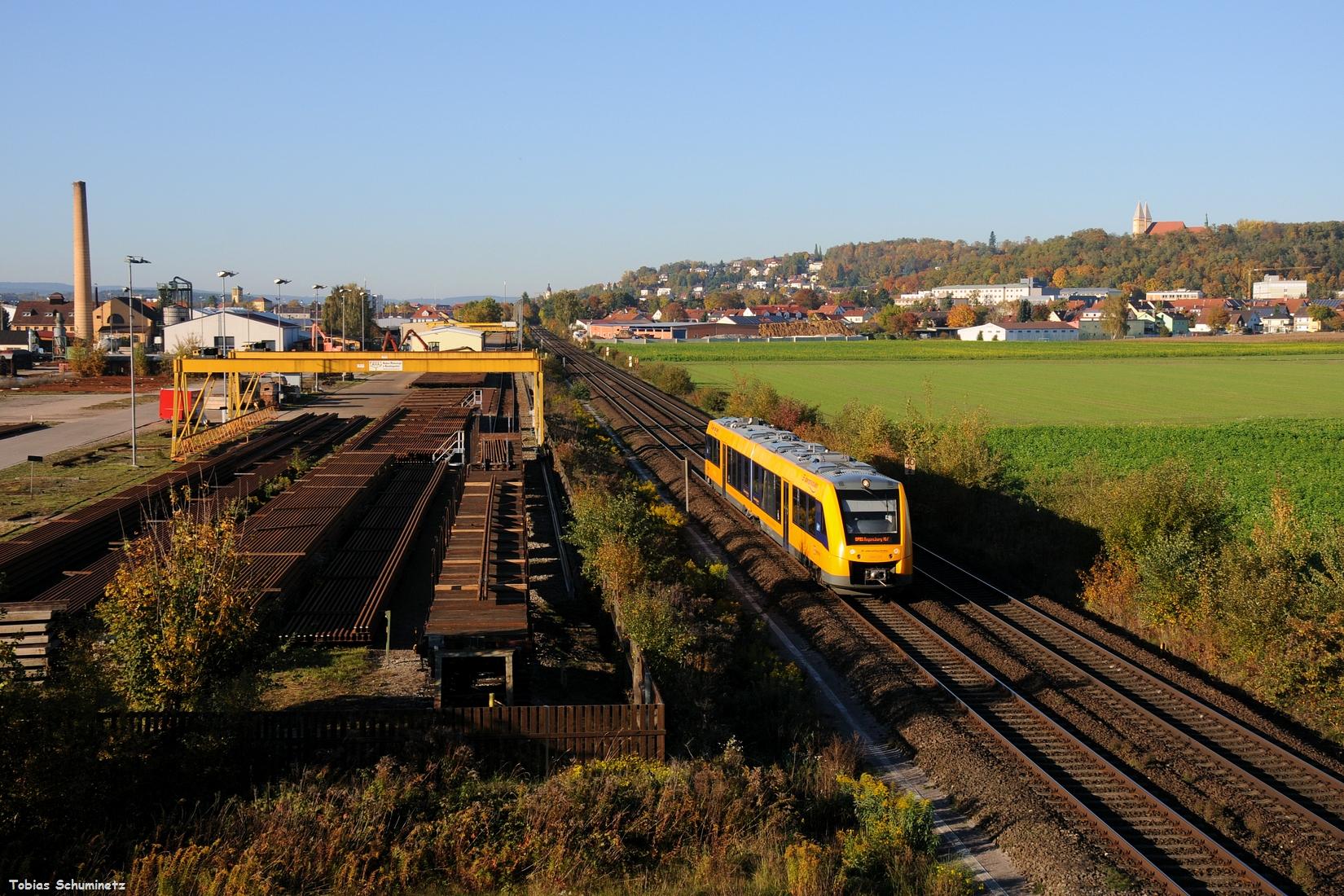 Eigentlich wollte ich danach wieder heimfahren, doch da kam grad die Meldung, dass der zweite EVB Zug in Marktredwitz raus ist. Daher bin ich noch südlich von Schwandorf zum Schwellenwerk gefahren. Zuerst kam allerdings der 1648 208 als OPB79737 durch.