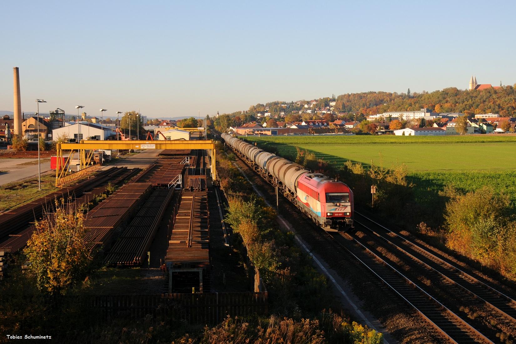 Das Licht wurde immer knapper und der Zug stand scheinbar in Irrenlohe am Rand... Doch kurz vor Schluss kam auch die 223 031 noch mit ihrem Kesselwagenzug nach Vohburg bei mir durch.