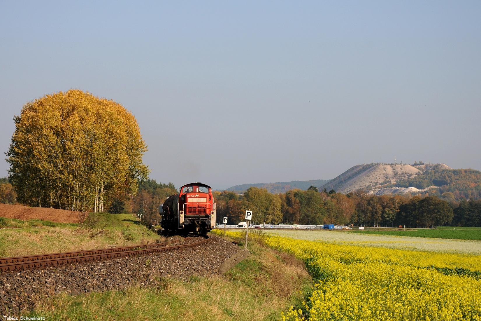 """Am Montagmittag, den 16.10.2017, machte ich dann auch noch zwei Bilder der Übergabe von Hirschau nach Amberg. Am Monteblick, welcher derzeit 2verschandelt"""" wird, wartete ich 294 745 mit dem EK55974 ab."""