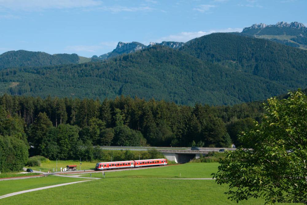 Idyllisch im unmittelbaren Voralpenland liegt der Haltepunkt Umrathshausen Ort da - wenn da nicht die Autobahn A8 wäre, die unüberhörbar durch das Tal führt.