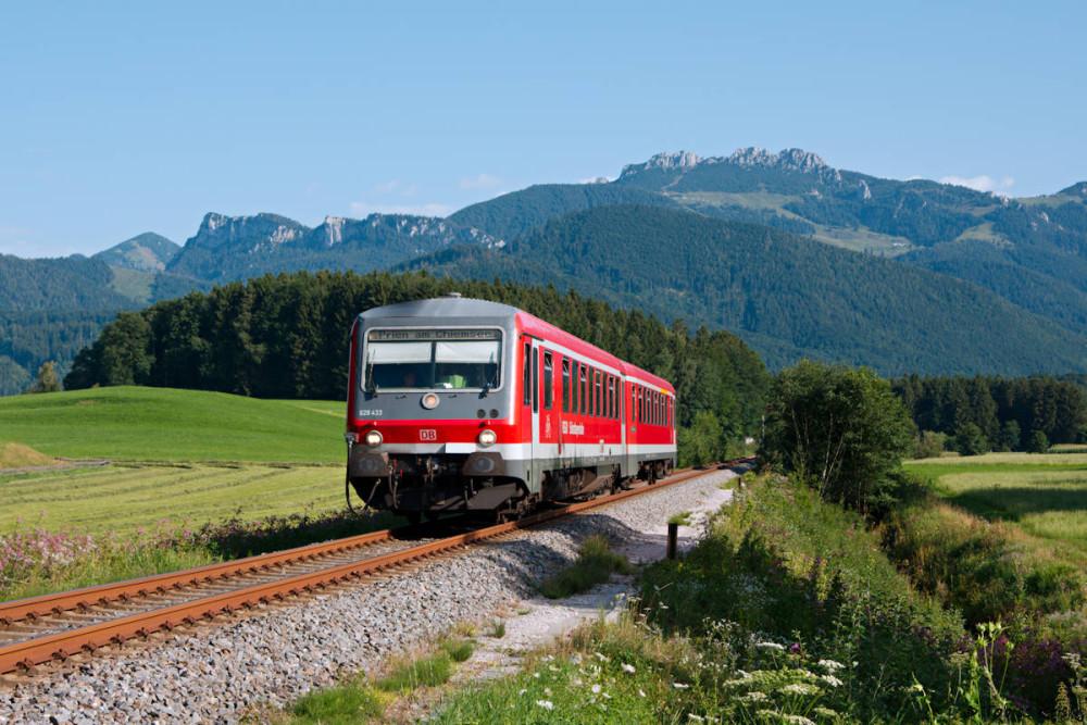 Klassiker an der Aschauer Strecke: Blick auf die Kampenwand beim (mittlerweile aufgelassenen) Haltepunkt Umrathshausen Bahnhof.