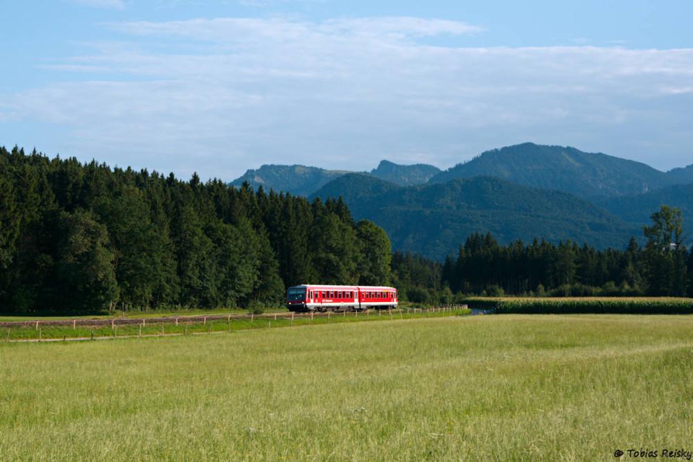 Abendstimmung bei Vachendorf: 628 433 auf dem Weg nach Prien.