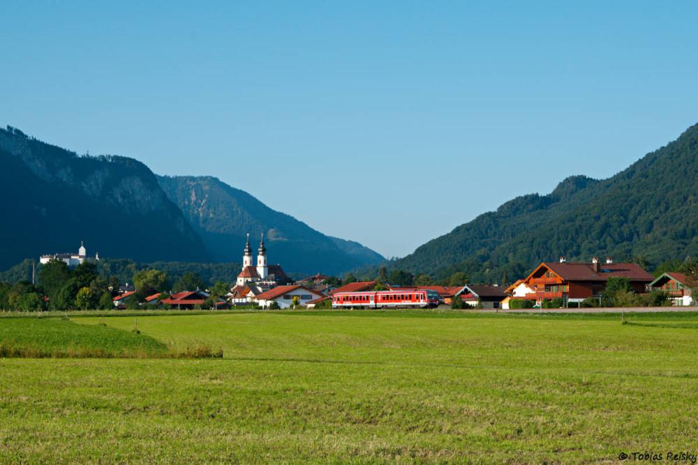 Der frühe Vogel fängt den 628: Vor der Kulisse der Stadt Aschau im Chiemgau ist 628 572 am 01.08.17 in aller Herrgottsfrühe auf dem Weg nach Prien.