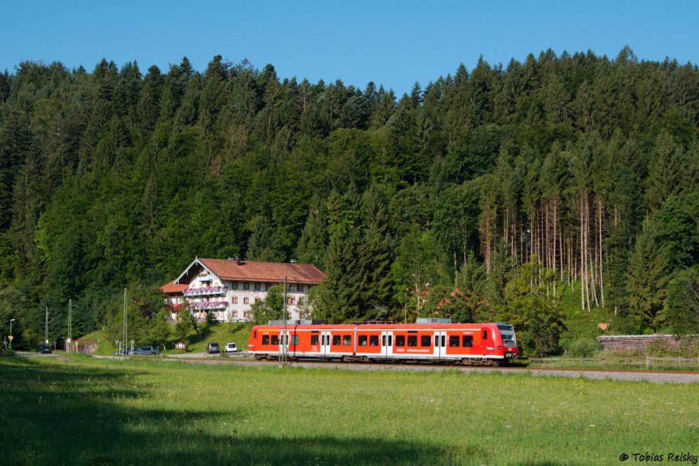 Auf der Strecke Traunstein - Ruhpolding pendeln eigentlich die kleinen Elektrotriebwagen der Baureihe 426. Hier beim Hotel Forellenhof nahe Eisenärzt.