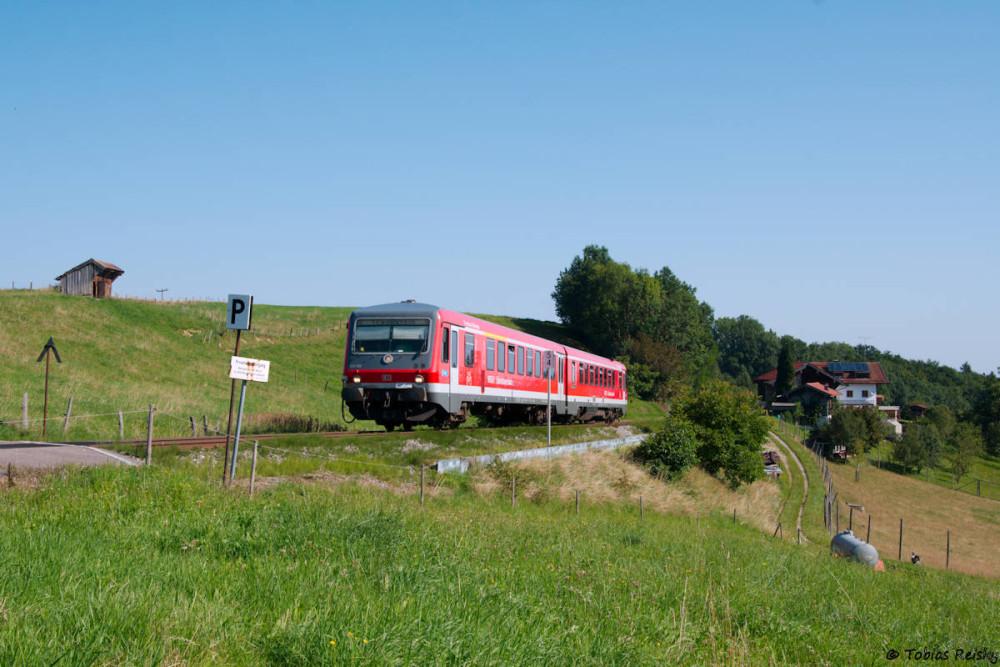Herzallerliebst ist auch die kurze Strecke von Traunstein nach Waging, die vor allem durch die heftige Steigung zwischen Otting und Kirchhalling beeindruckt, in der sich 628 556 hier befindet.