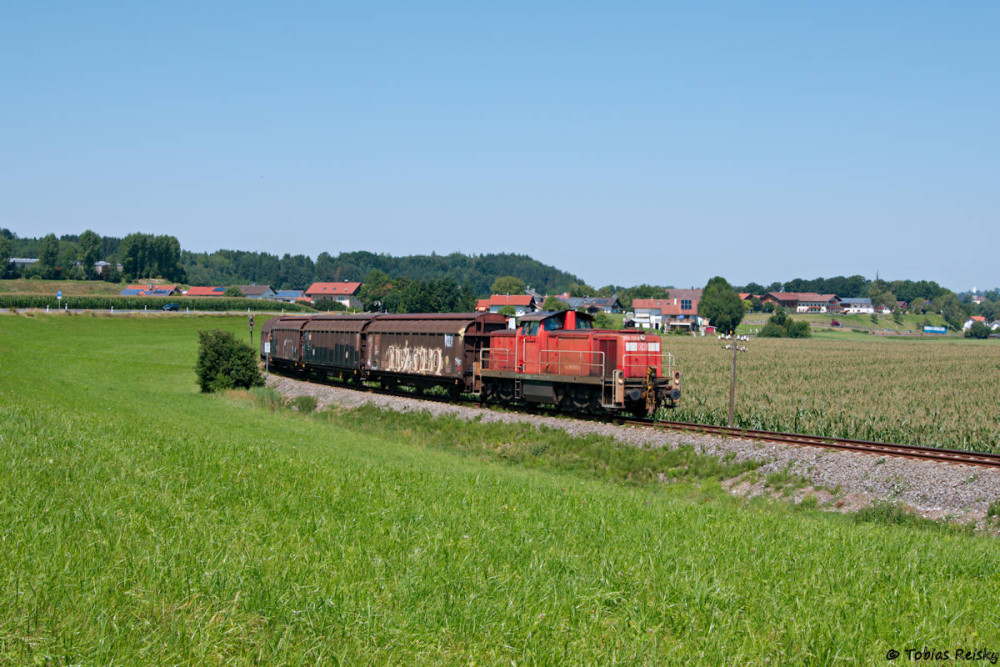 Mittags gab es einen kurzen Abstecher an die Traun-Alz-Bahn für die recht zuverlässig fahrende Übergabe Traunreut - Traunstein, die kurz hinter Hörpolding abgepaßt werden konnte.