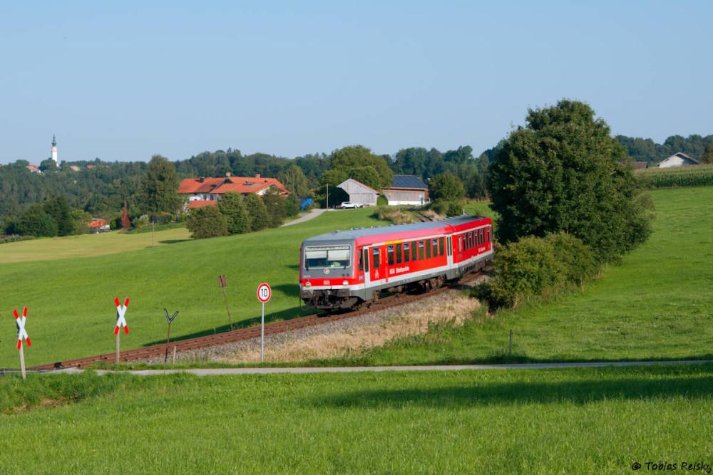 Abendlicher Ausklang: 628 678 hat die Station Unteraschau hinter sich gelassen und strebt auf Waging zu.
