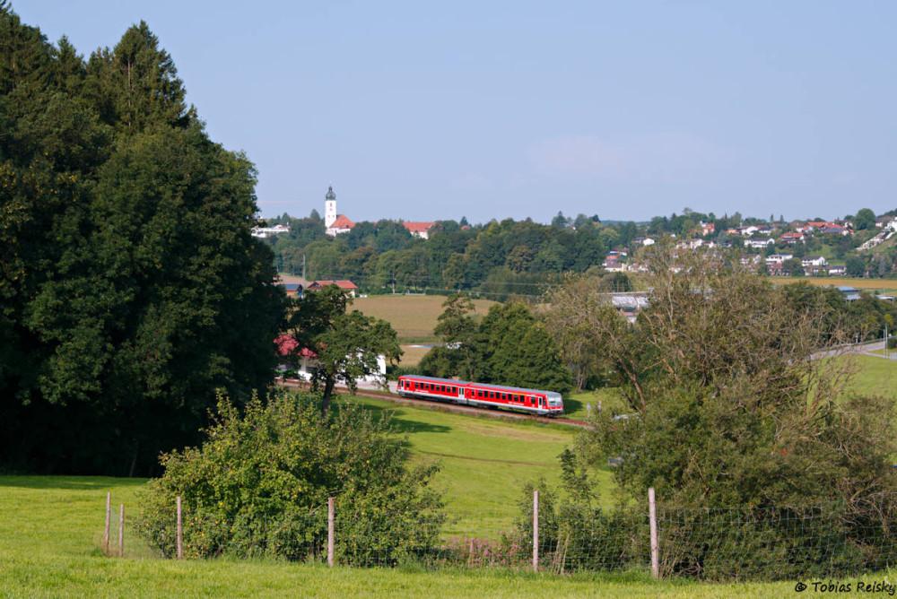 Dieser schöne Blick auf die Kirche von Ebersberg bietet sich bei Oberndorf.