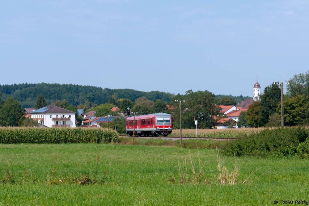 Aufgrund der zahlreichen Maisfelder war etwas Bastelei notwendig, um 628 630 bei der Ausfahrt aus dem Bahnhof Steinhöring vernünftig fotografieren zu können.