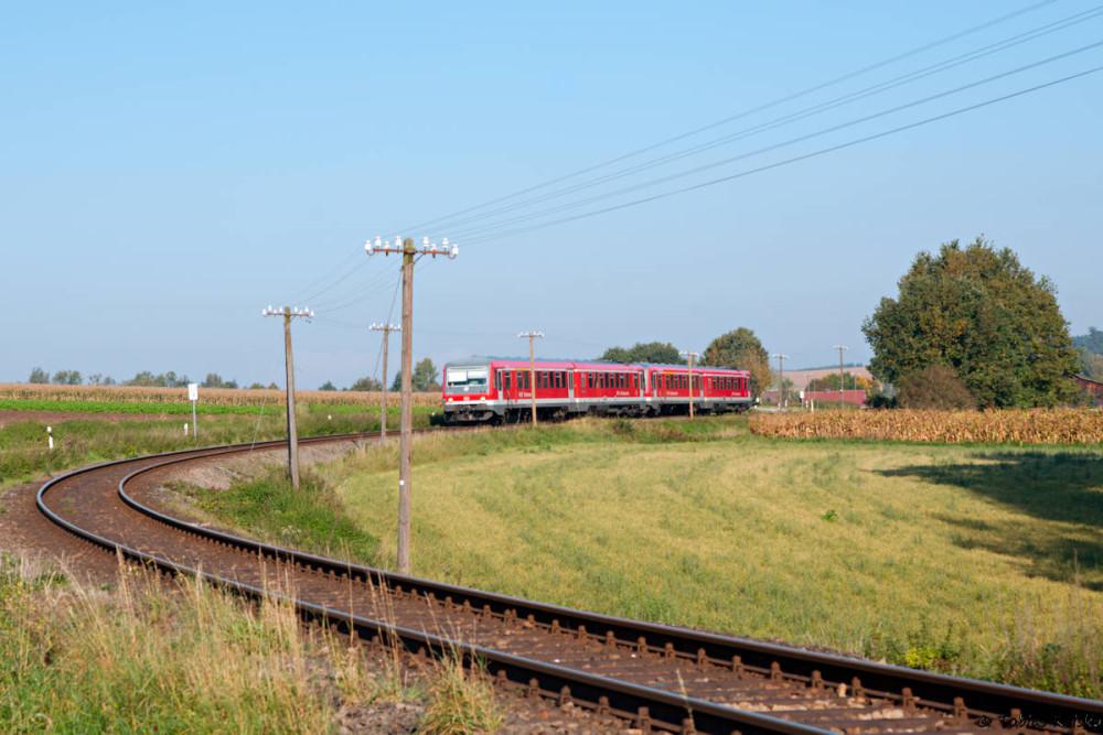 Eigentlich ein Verlegenheitsschuß aber aufgrund der noch vollständig vorhandenen Telegraphenleitung wirklich nett: 628 630 bei Engertsham auf dem Weg nach Mühldorf.