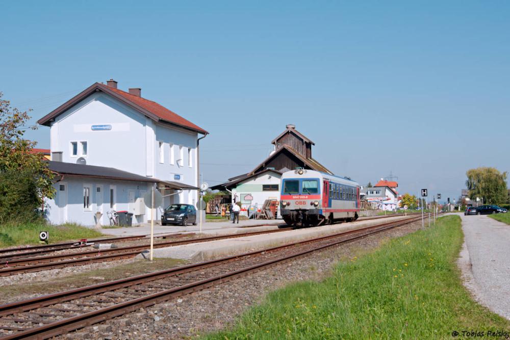 """Weil es gleich """"um die Ecke"""" liegt machte ich noch einen kurzen Abstecher ins österreichische Antiesenhofen, wo 5047 061 noch im alten Lack von Schärding nach Ried im Innkreis unterwegs war."""
